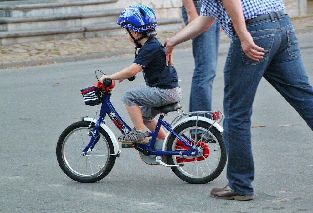 Bimbo in bici con genitori