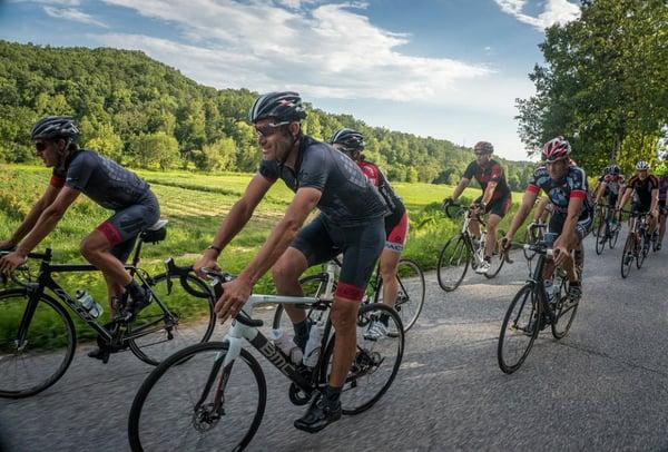 Gruppo di ciclisti con casco